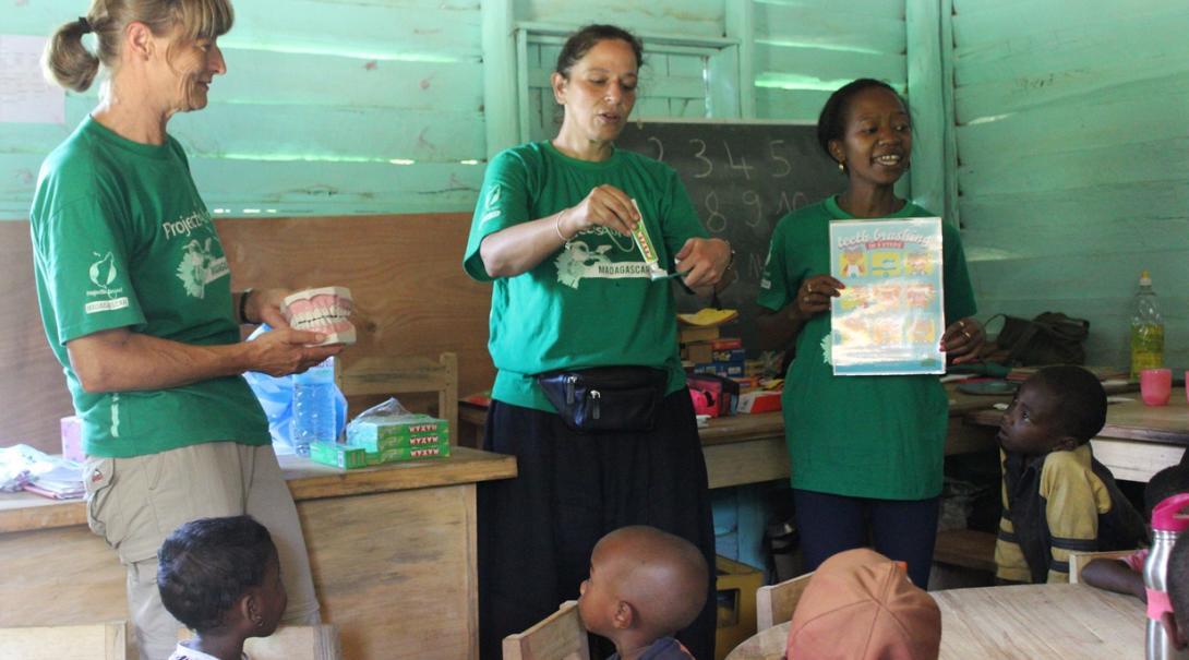 チャイルドケアボランティアがマダガスカルの子供たちへの歯科衛生指導に取り組む